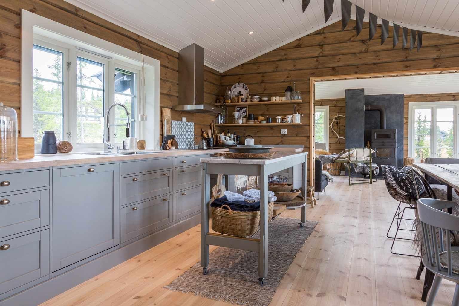 светло-серый дизайн кухни в деревянном доме