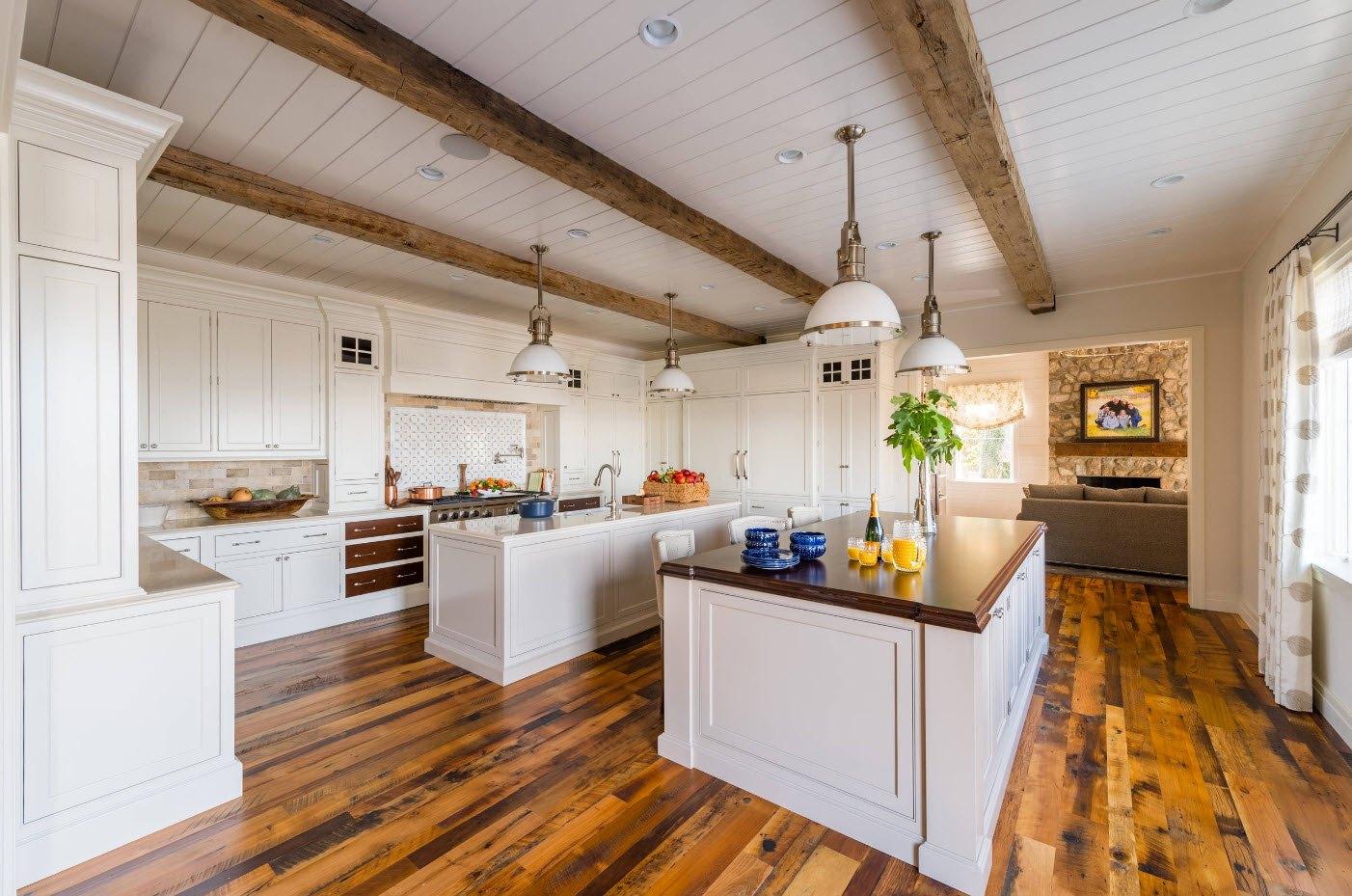 просторная белая кухня в деревянном доме