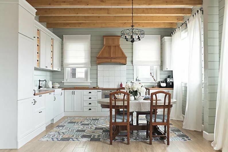 минималистичная белая кухня в деревянном доме