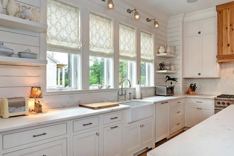 белые рулонные шторы для кухни в деревянном доме