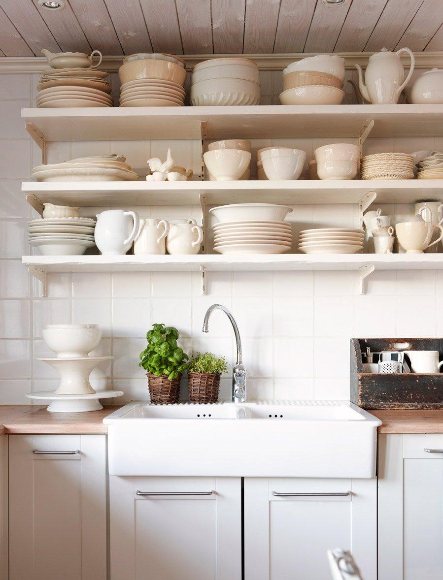 белая посуда на кухне в деревянном доме