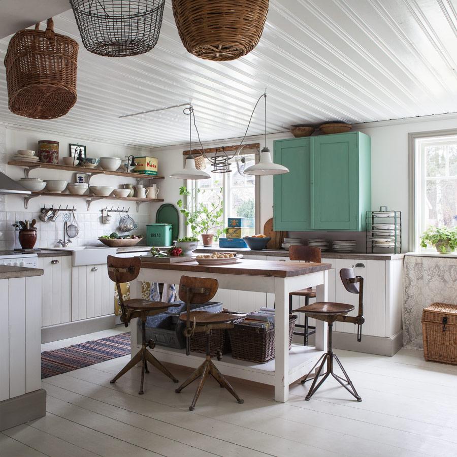 кухня в стиле шебби шик в деревянном доме