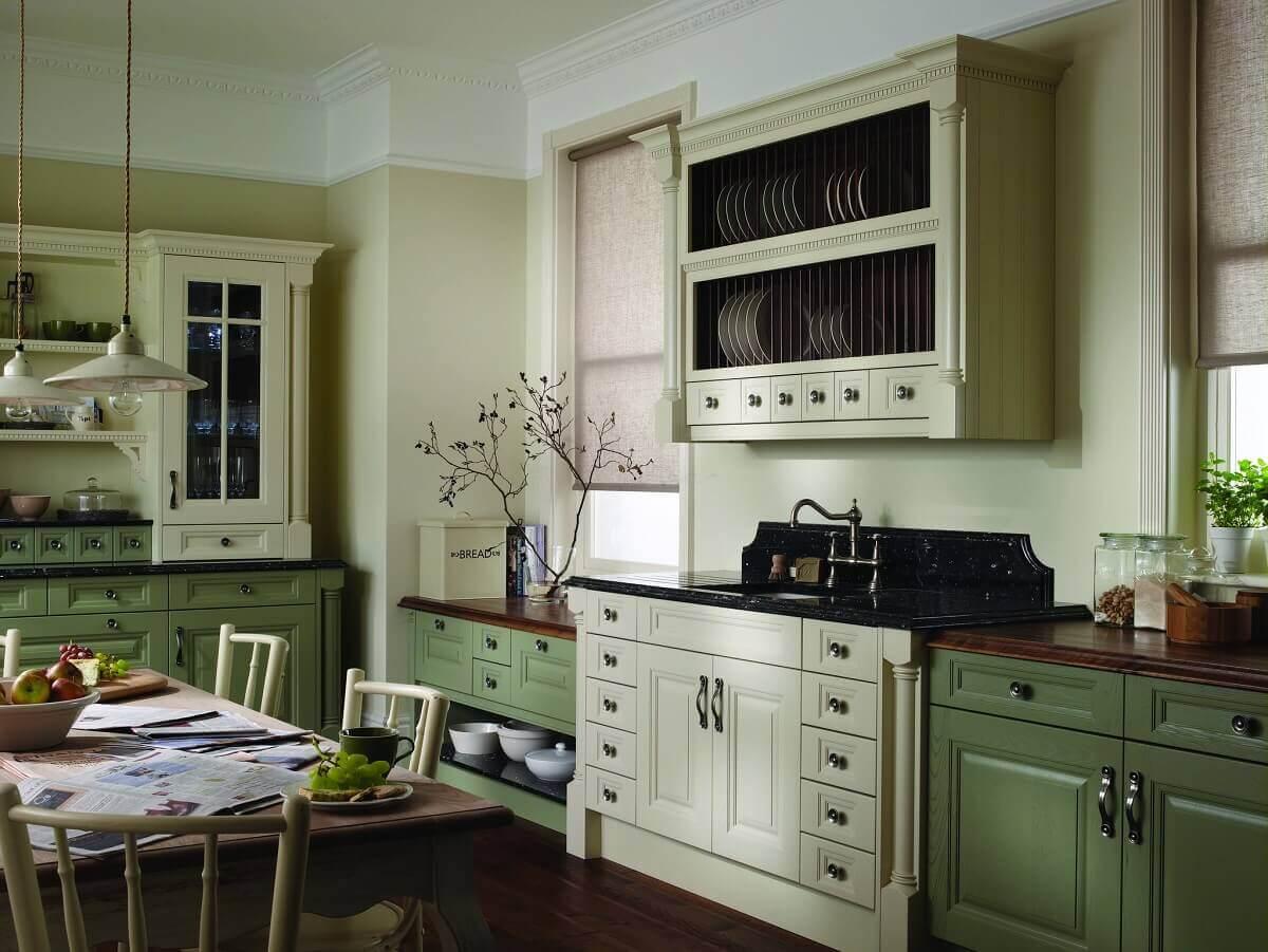 Кухня оливкового цвета с красным деревом