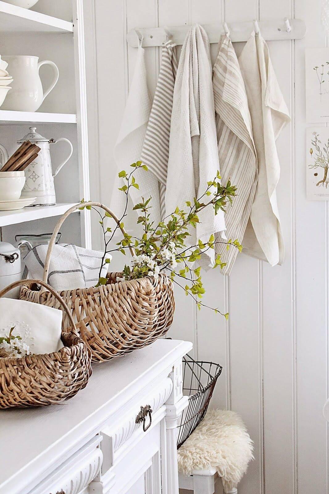 Корзины с цветами и травами на кухне прованс