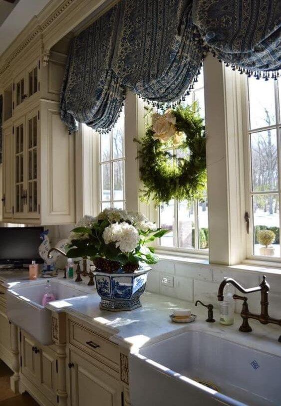 Большое окно, украшенное цветами