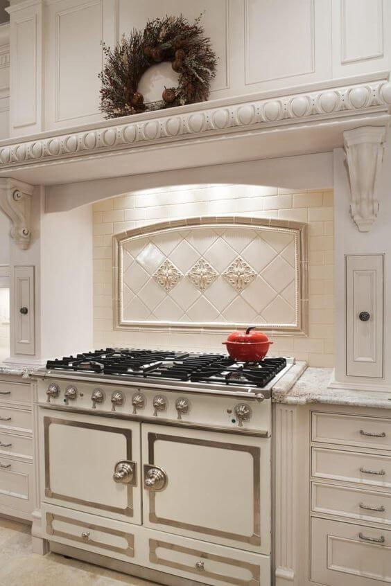 Светлая плитка на кухне прованс