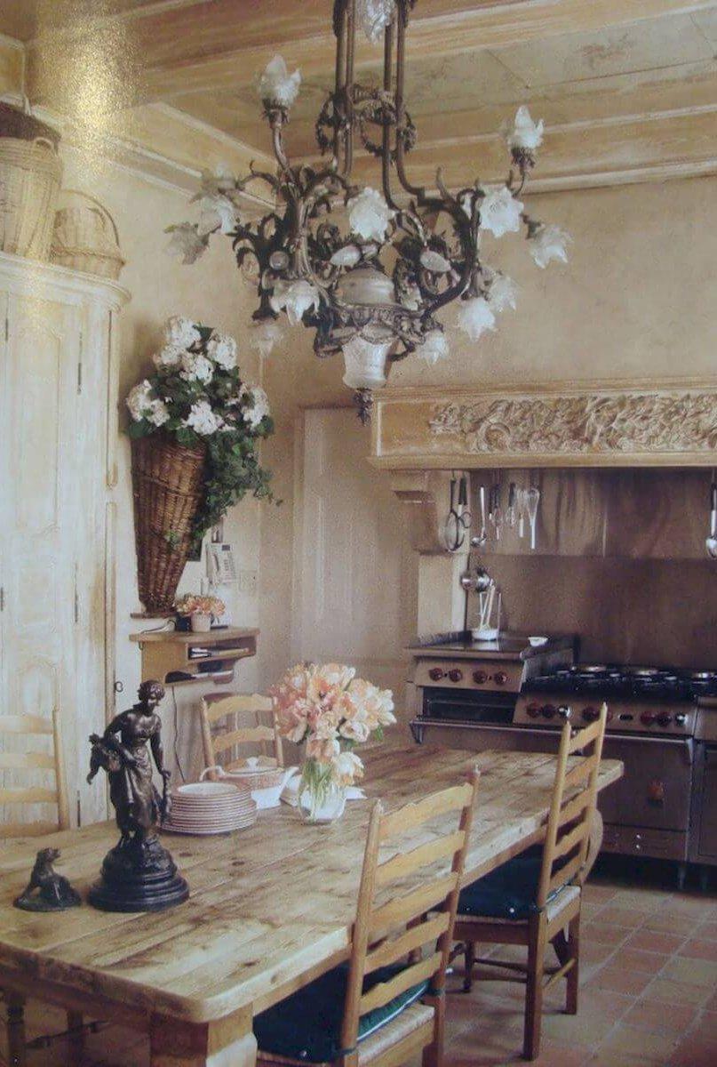 Кованая люстра на кухне прованс