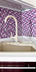 фиолетовый фартук в кухне