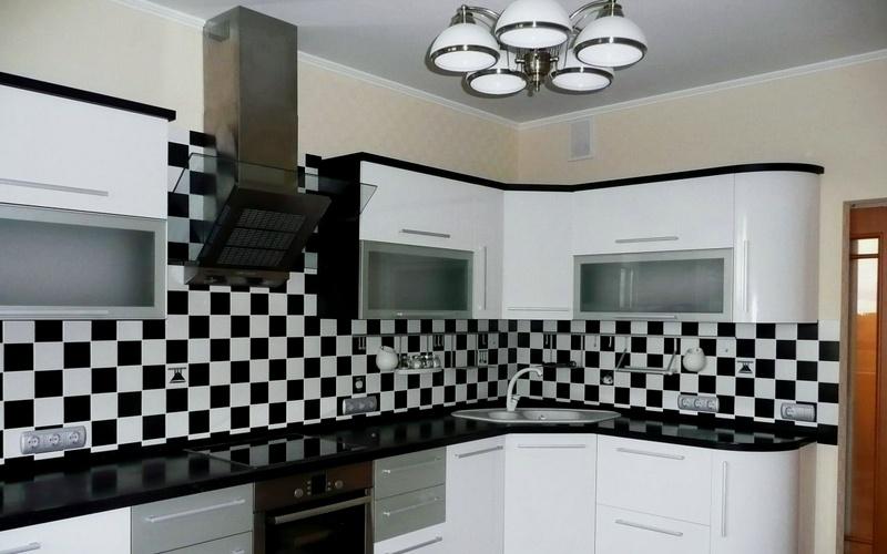 фартук на кухне шахматный порядок фото 1