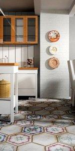 плитка с рисунком на полу на кухне