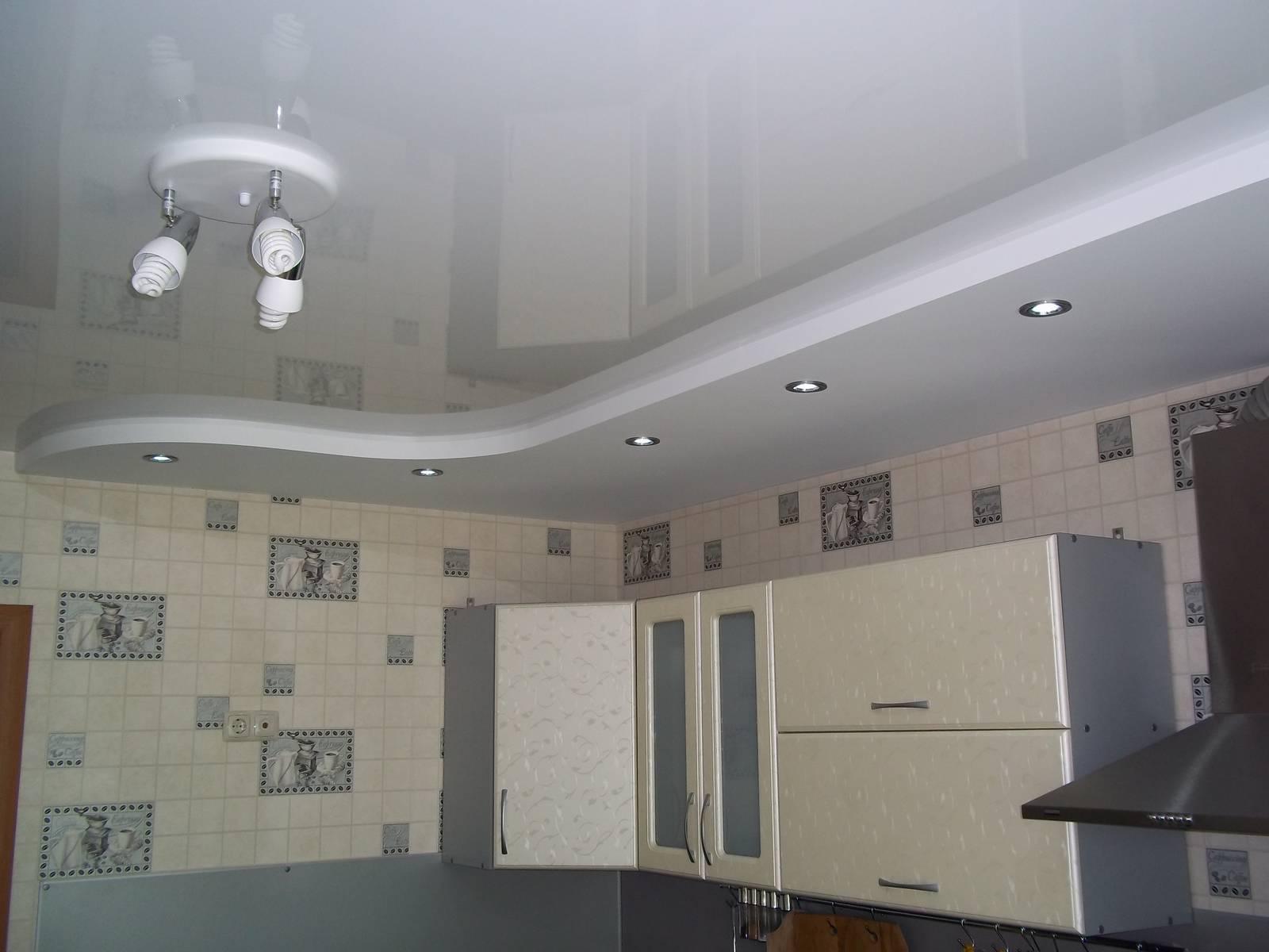 потолок в два уровня на кухне