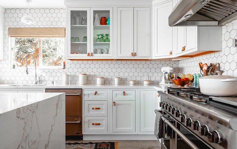 красивый фартук белого цвета на кухне