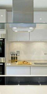 Фартук для белой кухни из стекла-1