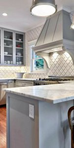 интерьер кухни с белым фартуком