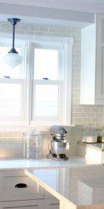 интерьер кухни с большим окном