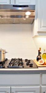 интерьер кухни с подсветкой