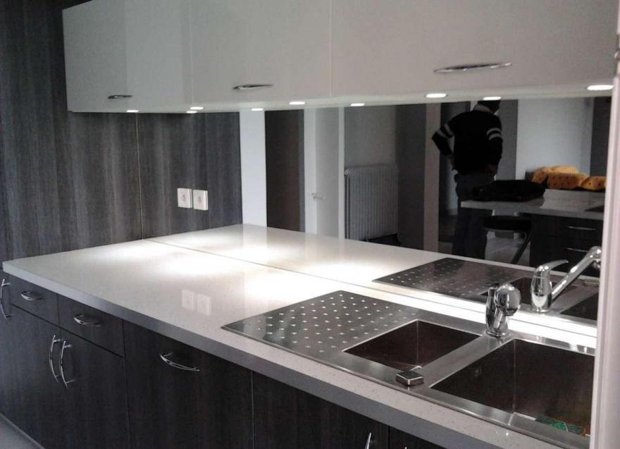 зеркальный эффект кухонного фартука на стене