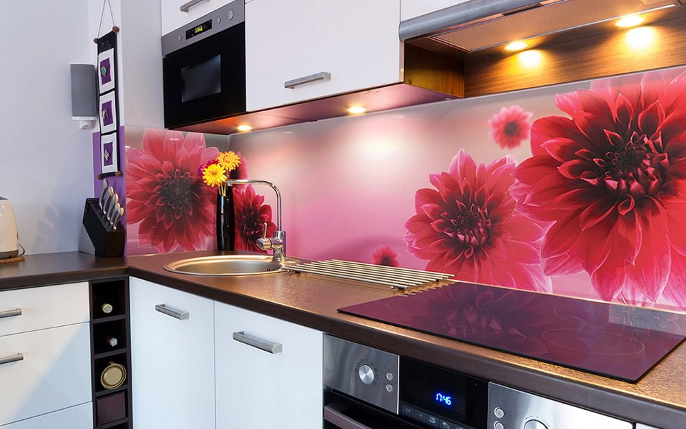 большие цветы на пластиковым фартуком для кухни