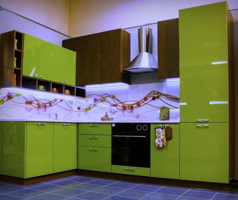 ярко-зеленая кухня мария