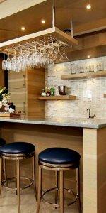 светло-коричневая кухня с барной стойкой