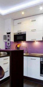 кухня со стойкой в фиолетовых тонах