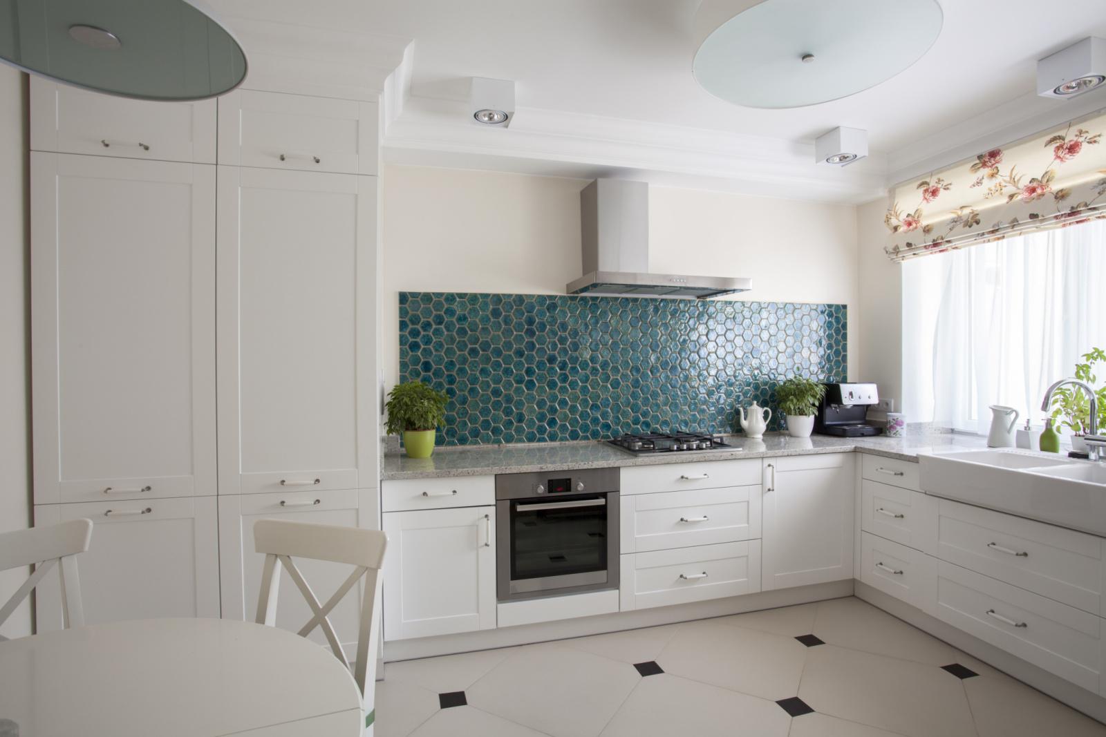 кухня без верхних шкафов белая