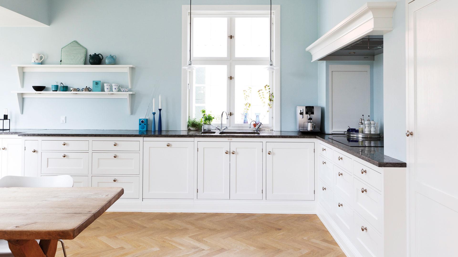 кухня без верхних шкафов с окном над раковиной