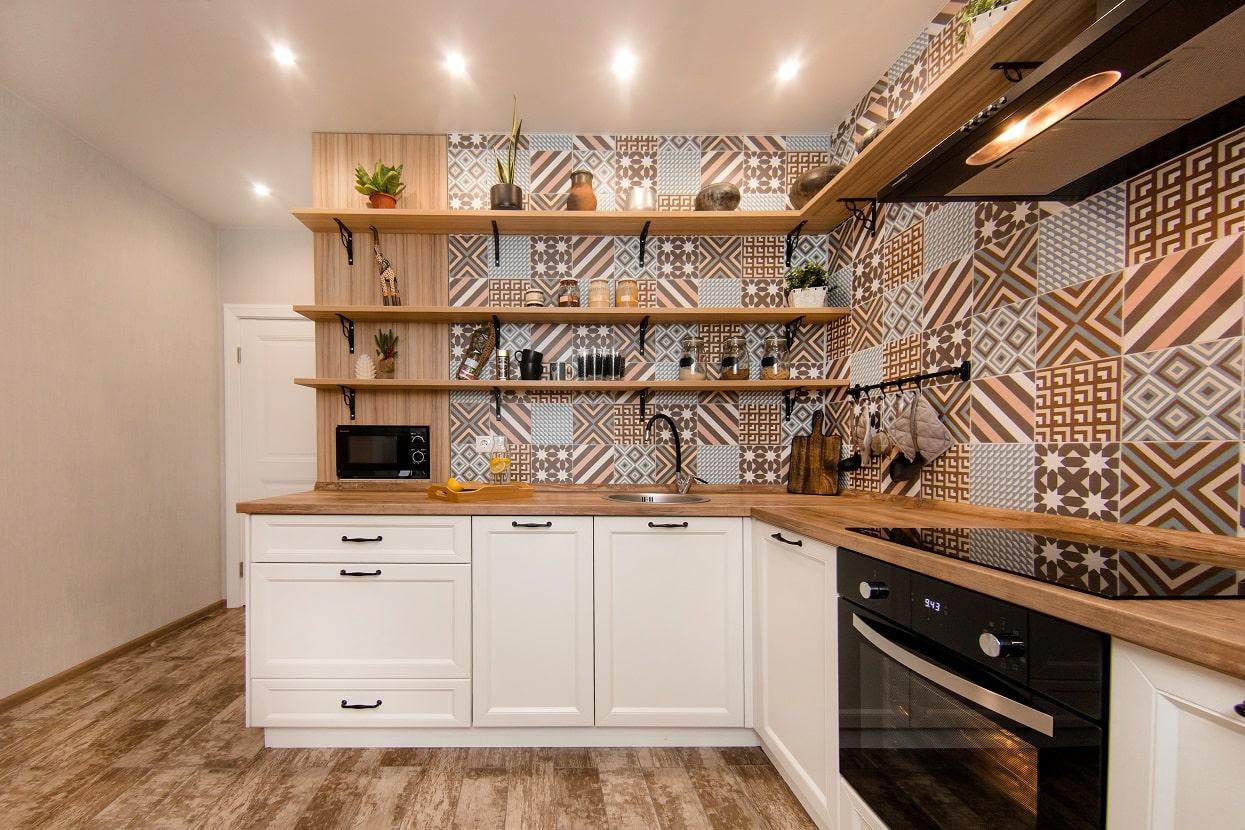 небольшая кухня без верхних шкафов
