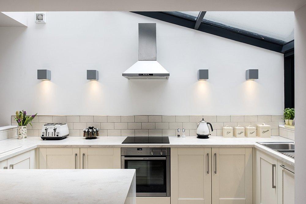 подвесные светильники на стене кухни