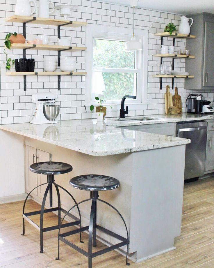 белая барная стойка на кухне без верхних шкафов