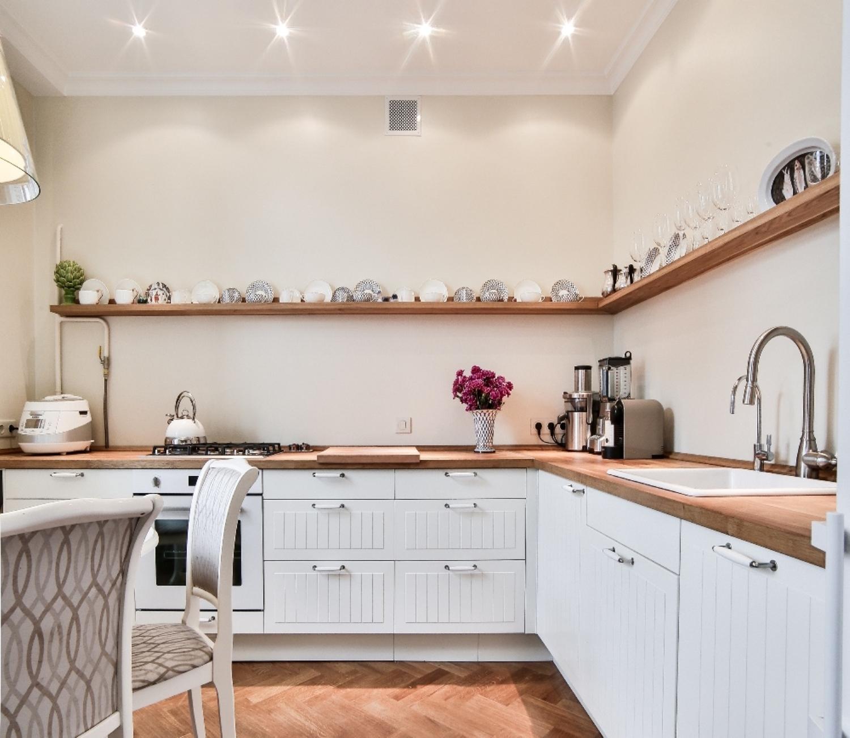 полки вместо верхних шкафов кухни