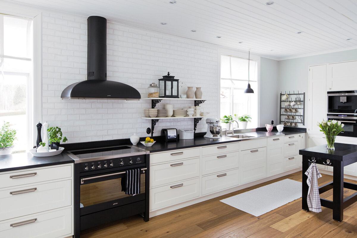 большая кухня без верхних шкафов