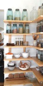 стеллаж для кухни в углу кухни