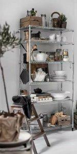 высокий стеллаж для кухни в скандинавском стиле