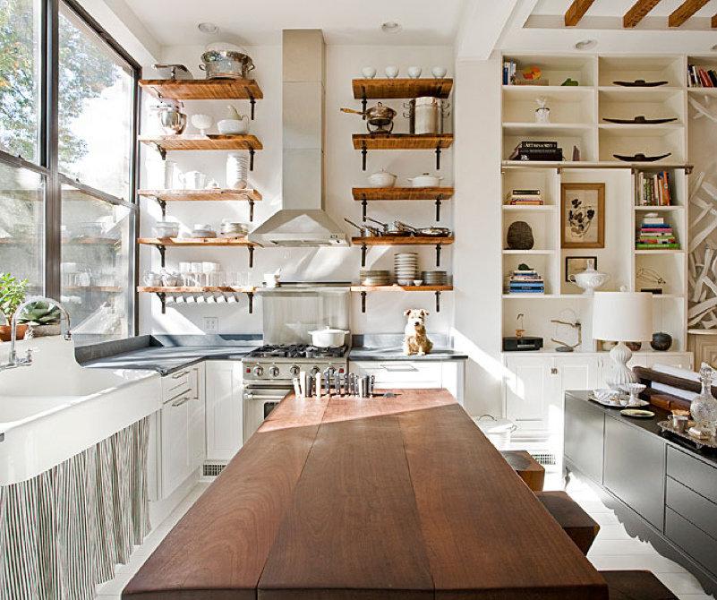 вместительный стеллаж для просторной кухни