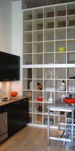 зонирование кухни-гостиной с помощью стеллажа
