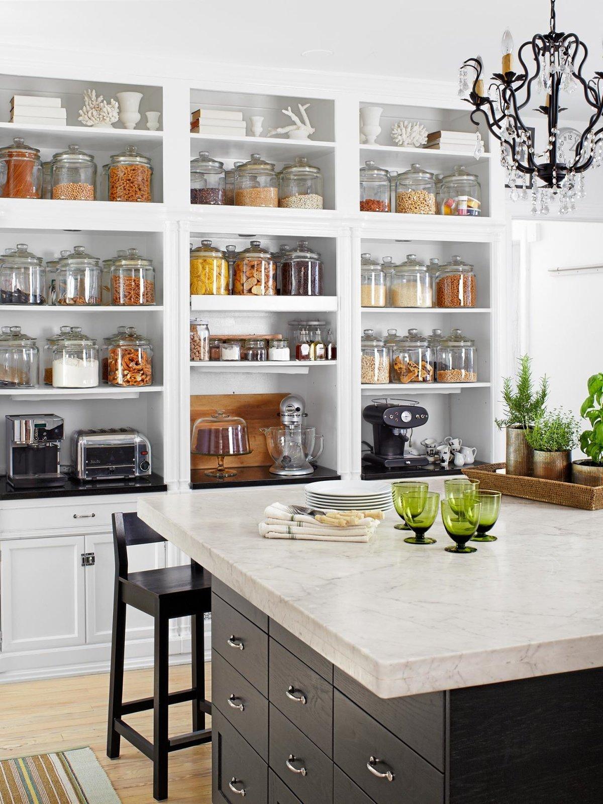 большой стеллаж для кухни в стиле помещения