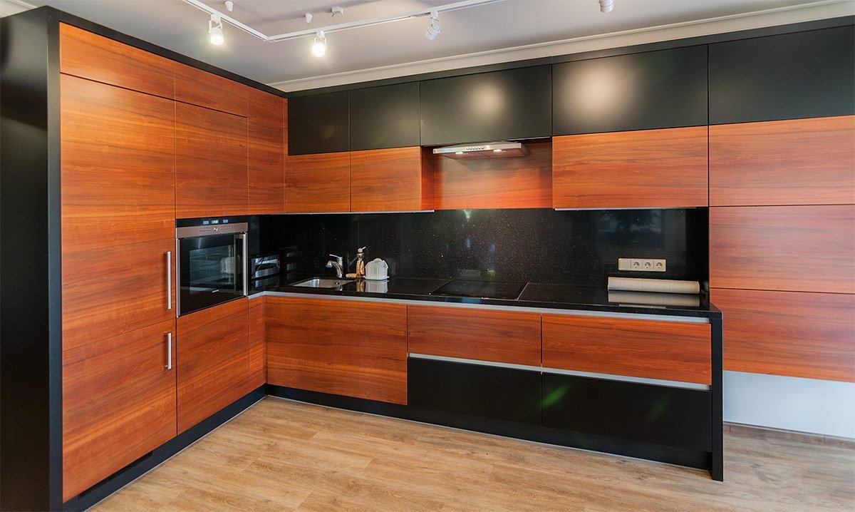 кухня с фасадами темный шпон