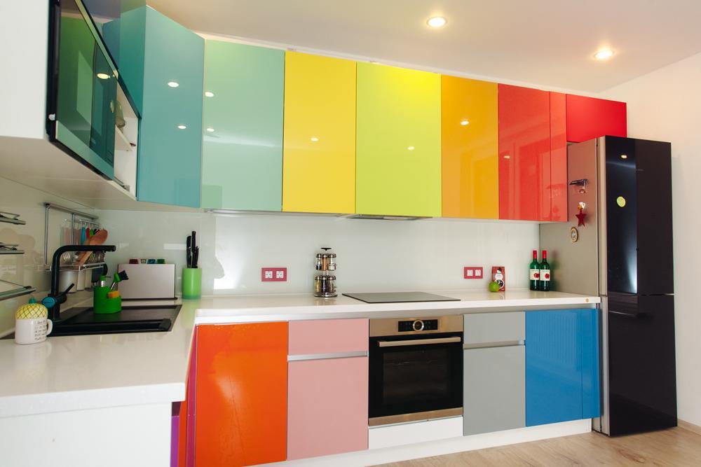 расцветка фасадов кухни может быть любой