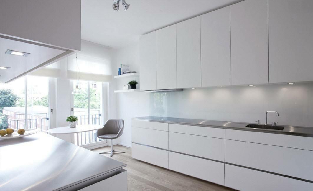 светлая белая кухня без ручек