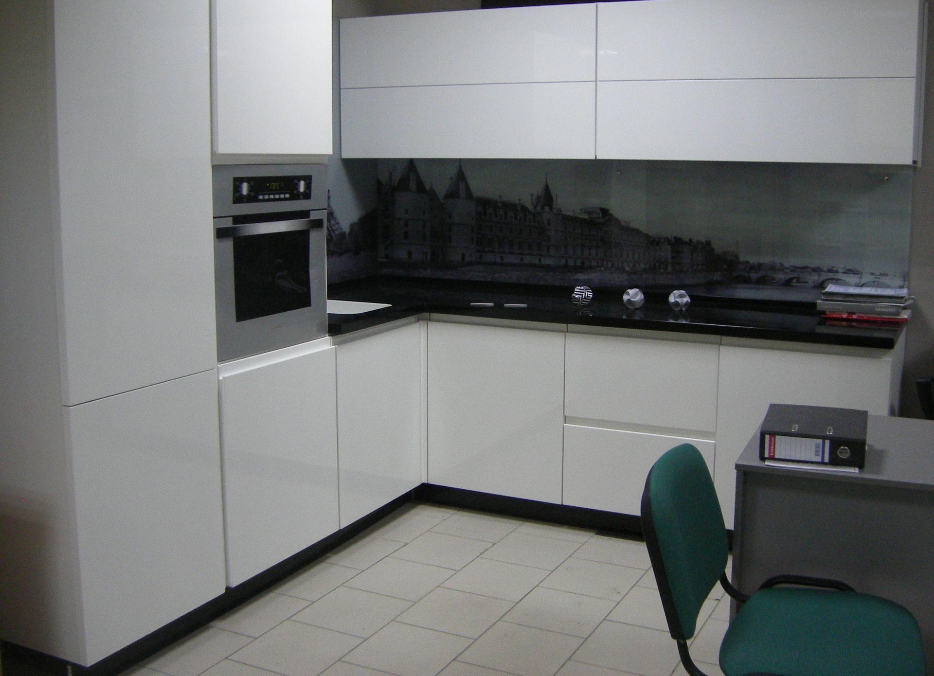 фасады без ручек на белой кухне
