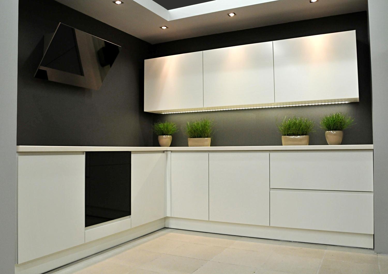 эко-стиль белой кухни без ручек