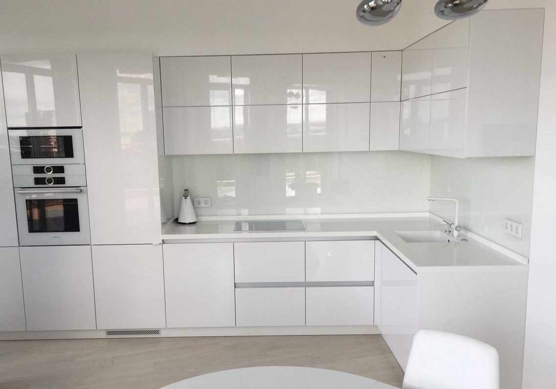 угловая белая кухня без ручек