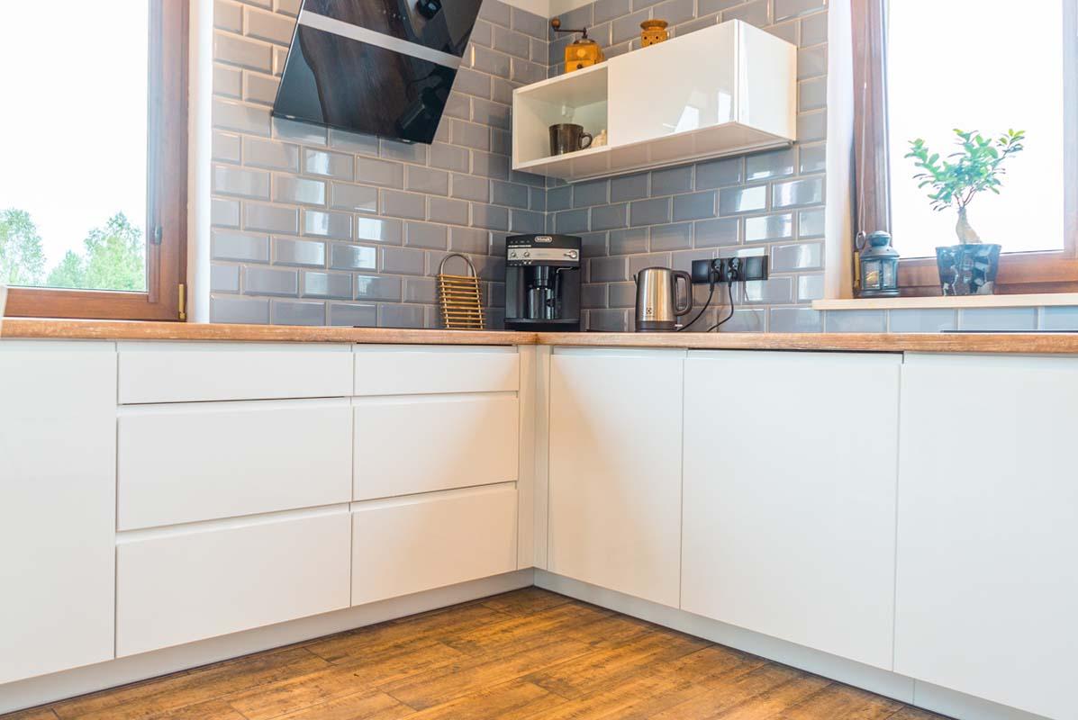 белая кухня без ручек с деревянной столешницей