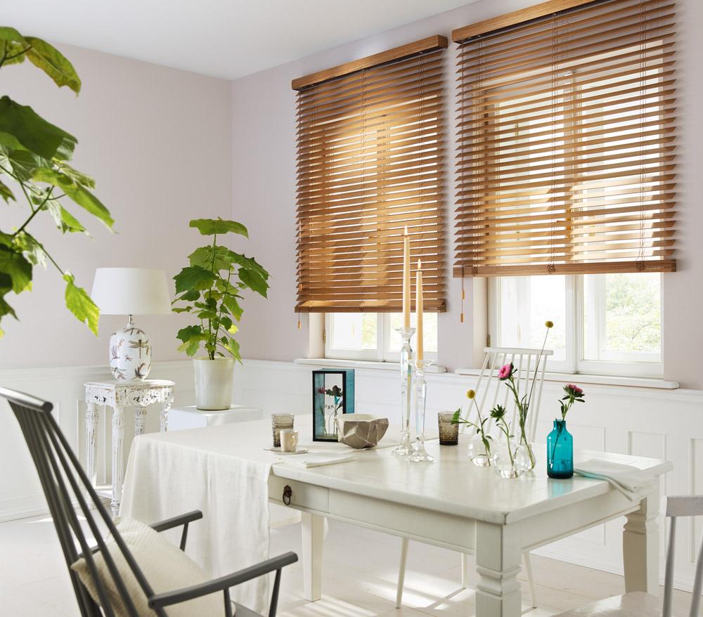 белая кухня без ручек и деревянные жалюзи
