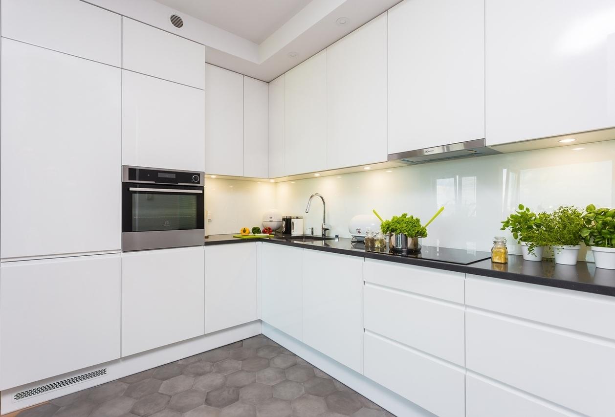 белая кухня без ручек в стиле минимализм