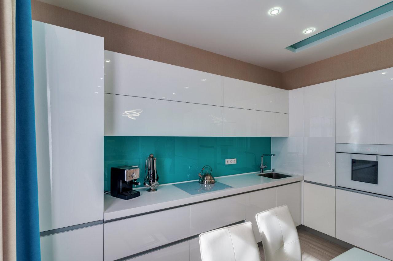 белая кухня без ручек в стиле хай-тек