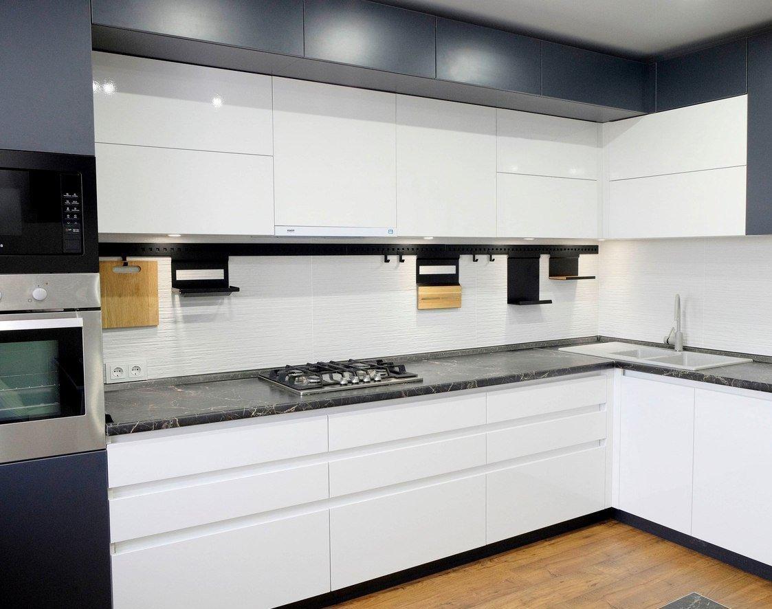 стильная белая кухня без ручек