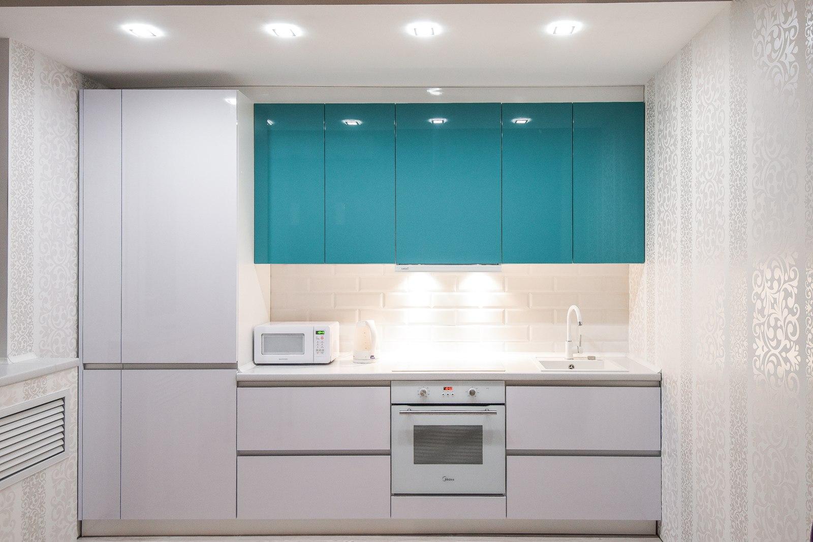 двухцветная высокая кухня без ручек