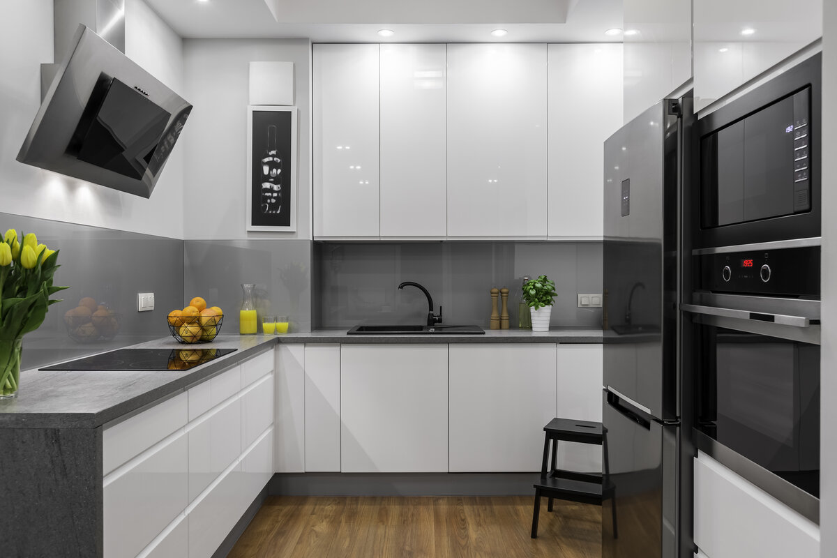 высокая белая кухня без ручек